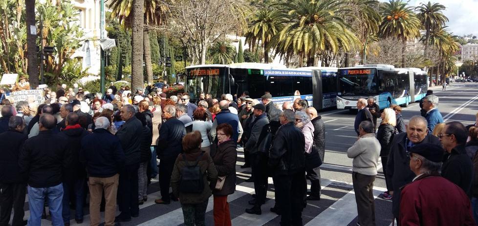 Más de un centenar de jubilados cortan el Paseo del Parque para protestar por las pensiones