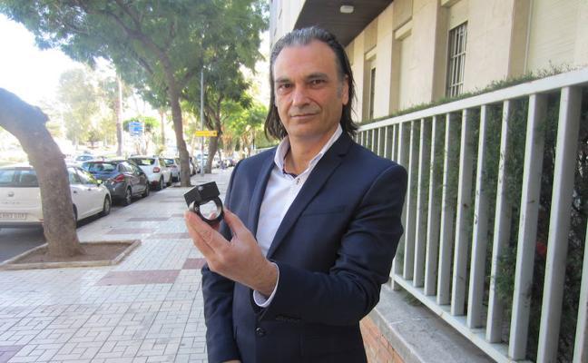 Un marbellí patenta una pulsera para evitar ser enterrado vivo