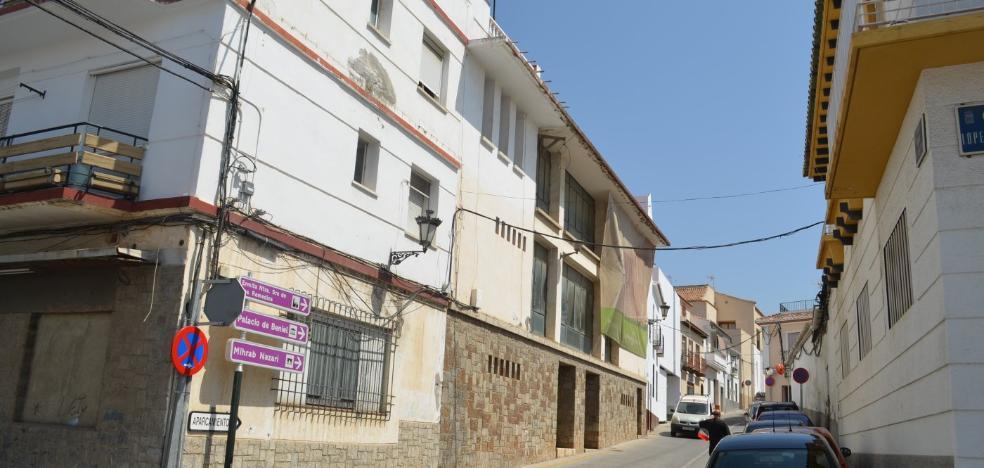Comerciantes y vecinos exigen la rehabilitación de un antiguo teatro en Vélez-Málaga