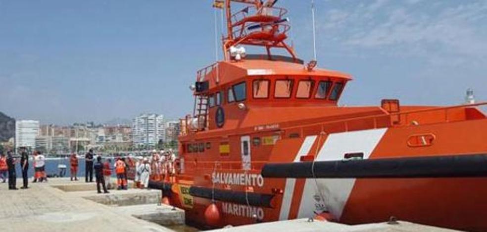 Trasladan al Puerto una patera localizada a 57 millas al sureste de Málaga