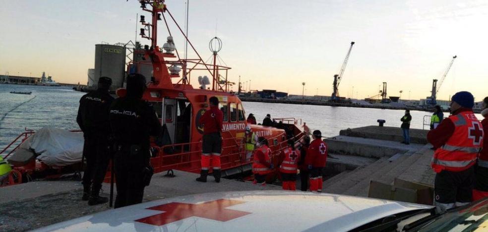 Rescatan en Málaga una patera con 16 personas a bordo