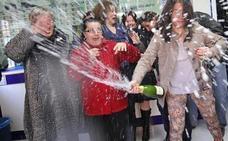Una mujer se encuentra un décimo premiado con 125.000 euros de la Lotería de Navidad y lo entrega a la Policía