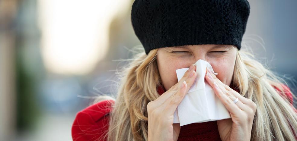 El peligroso gesto que los médicos aconsejan evitar al estornudar