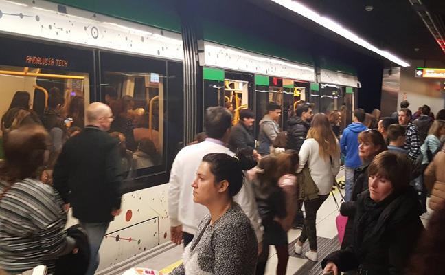 El metro de Málaga refuerza la frecuencia de paso de los trenes a mediodía