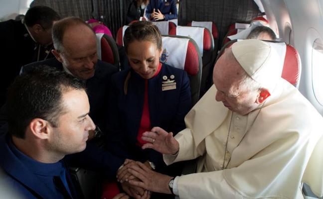 El Papa casa a dos miembros de la tripulación a bordo del avión papal
