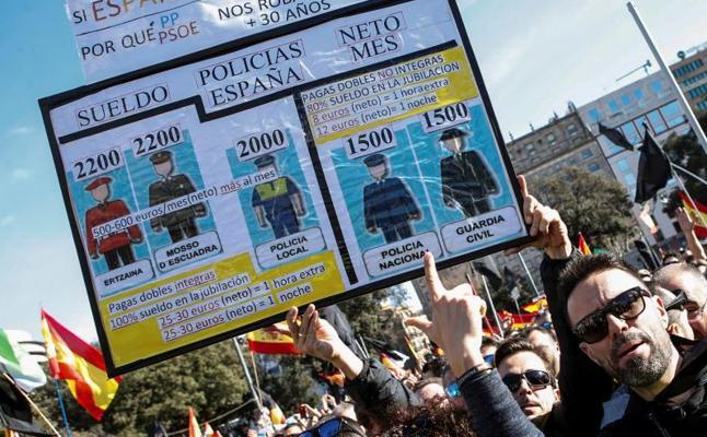 Miles de policías y guardias civiles se manifiestan en Barcelona por la equiparación salarial
