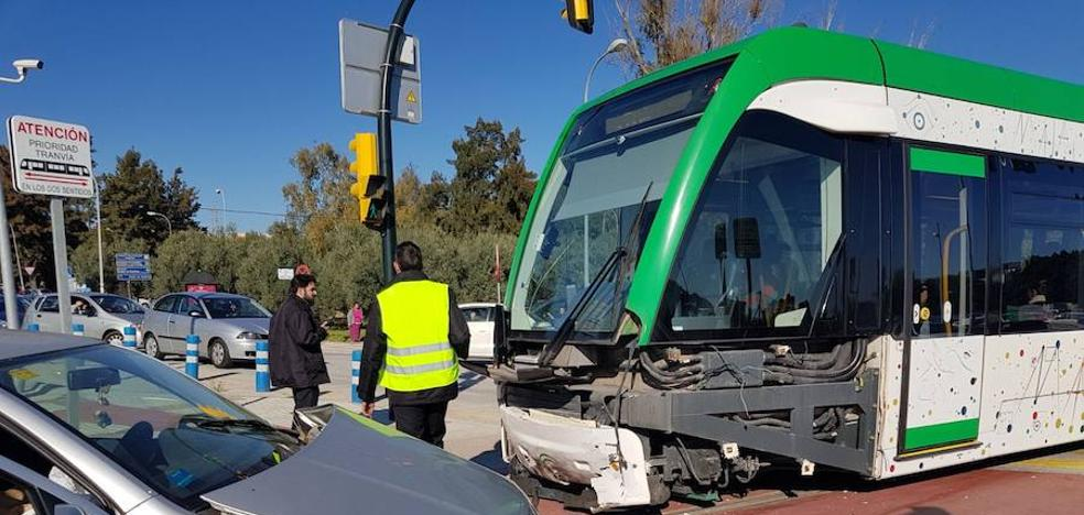 Un herido en un nuevo accidente entre un coche y el metro en el cruce del Clínico