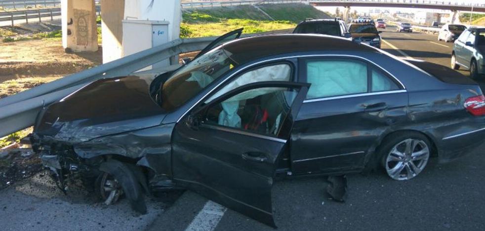 Un coche acaba empotrado contra el puente del Carpena tras una espectacular persecución desde Torremolinos