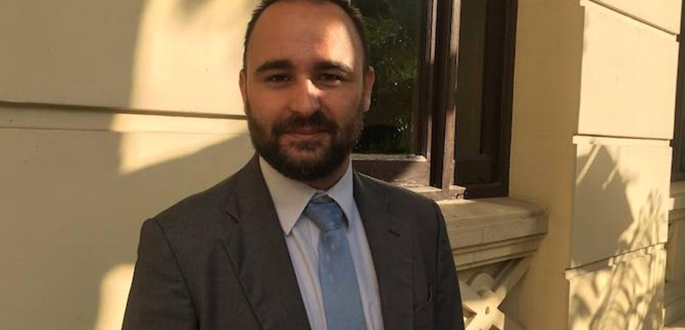 Cortés defiende que la Policía Nacional custodie a inmigrantes en el polideportivo de Ciudad Jardín