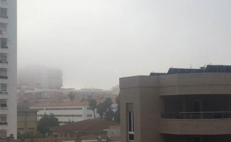 Fotos de la densa niebla en Málaga capital este martes