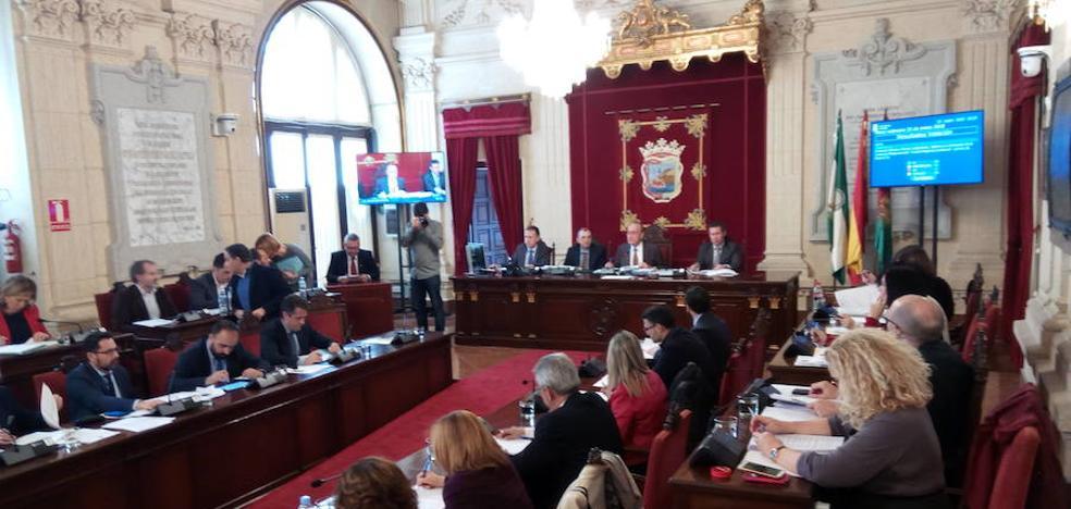El pleno aprueba la retirada de distinciones a Utrera Molina sin el apoyo del PP