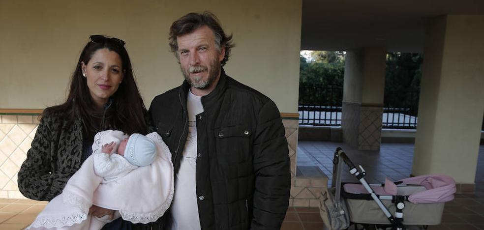 Una mujer da a luz a su hija en plena calle asistida solo por el padre en Málaga
