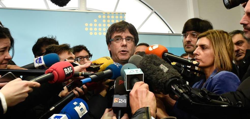 Puigdemont mantiene la presión sobre el Parlament para intentar asistir hoy a su investidura