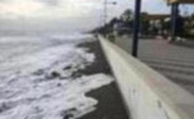 El peor temporal de viento en diez años deja sin arena las playas de Huelin y Ferrara