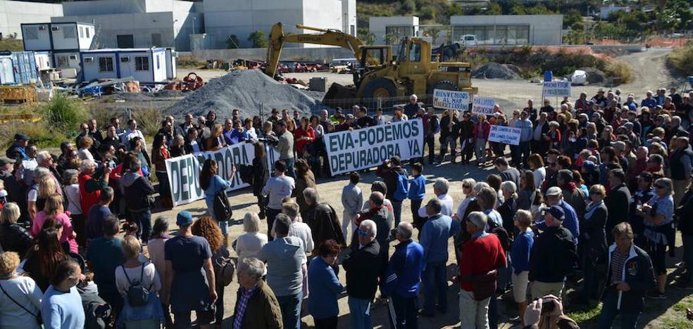 Más de 700 personas se manifiestan en Nerja para exigir la reanudación de las obras de la depuradora