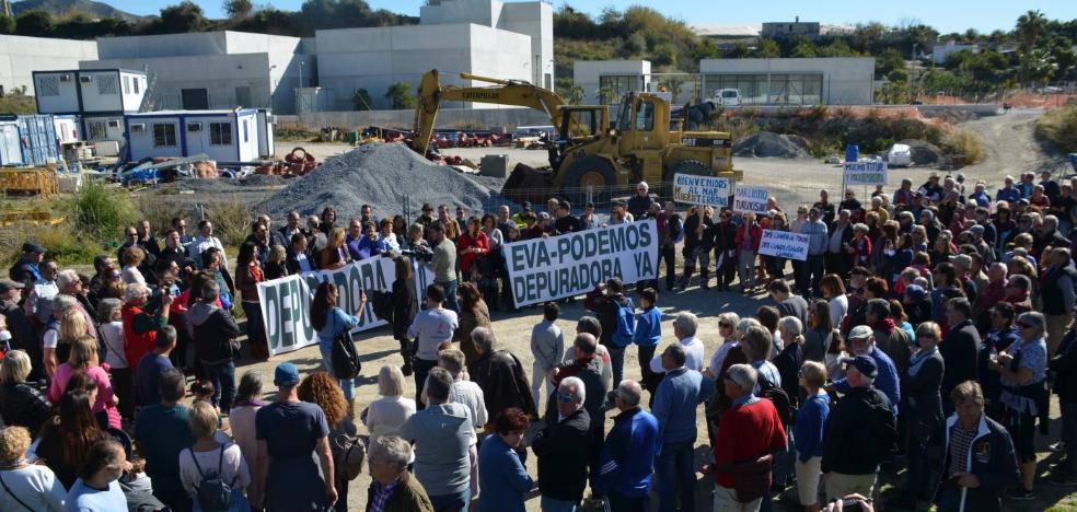 Más de 700 personas se manifiestan en Nerja para exigir la depuradora