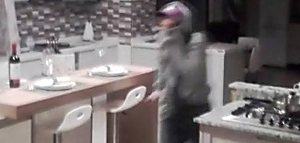 Unos ciudadanos retienen a un ladrón al que sorprendieron en una tienda en Estepona