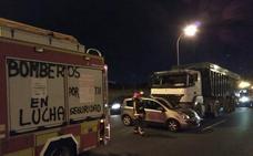 Aparatoso choque entre un camión y un coche a la altura del Carrefour Alameda