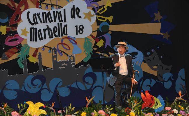 Un pregón de Carnaval con bastón y canotier en Marbella