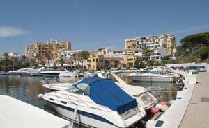 Hallan el cuerpo sin vida de una persona flotando en el mar frente al puerto de Cabopino en Marbella