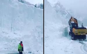 Cuando la nieve alcanza los siete metros de altura en la carretera
