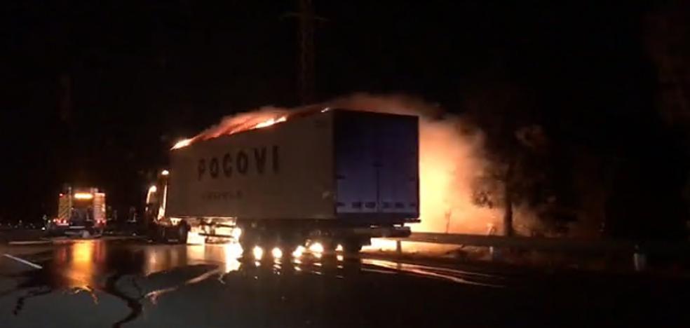 Un camión frigorífico echa a arder y obliga a cortar el carril derecho de la A-7 a la altura de Benalmádena