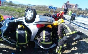 Dos personas atrapadas al volcar un coche en la A-357 a la altura del Cortijo Jurado