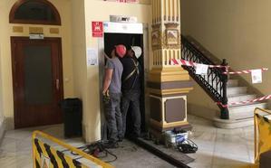 Adiós a los dos viejos ascensores del Ayuntamiento de Málaga