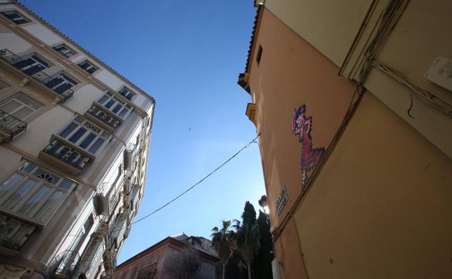 La Junta insta al Ayuntamiento «a dar la cara» con los mosaicos de Invader