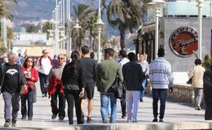 El terral de invierno abarrota los chiringuitos y terrazas de Málaga