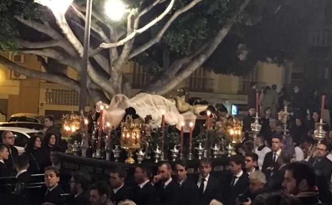 La Hermandad del Monte Calvario renueva un año más la tradición de su vía crucis de antorchas