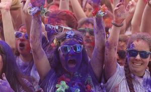 La carrera 'Holi Life' reúne en Málaga a 15.000 personas