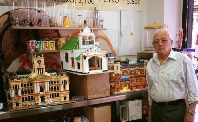 Salvador, un jubilado de 77 años que recrea edificios de Málaga con 'Hama Beads'