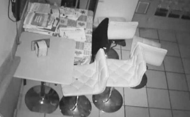 Vídeo: La Policía detiene a dos personas que robaron en un mes tres veces el mismo bar en Alicante