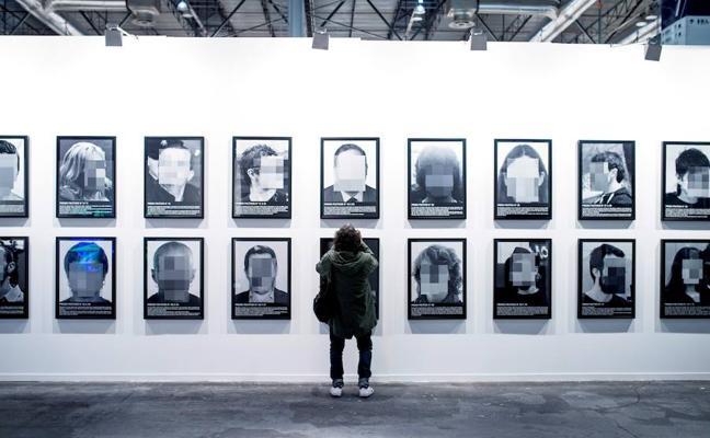 ARCO retira la obra de Santiago Sierra sobre los presos políticos