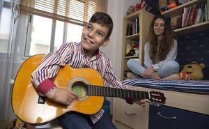 Adrián Martín, el niño cantante de Vélez, recibe el alta y abandona el hospital
