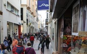 Asalta en Málaga con una botella rota a una dependienta cuando se disponía a abrir la tienda