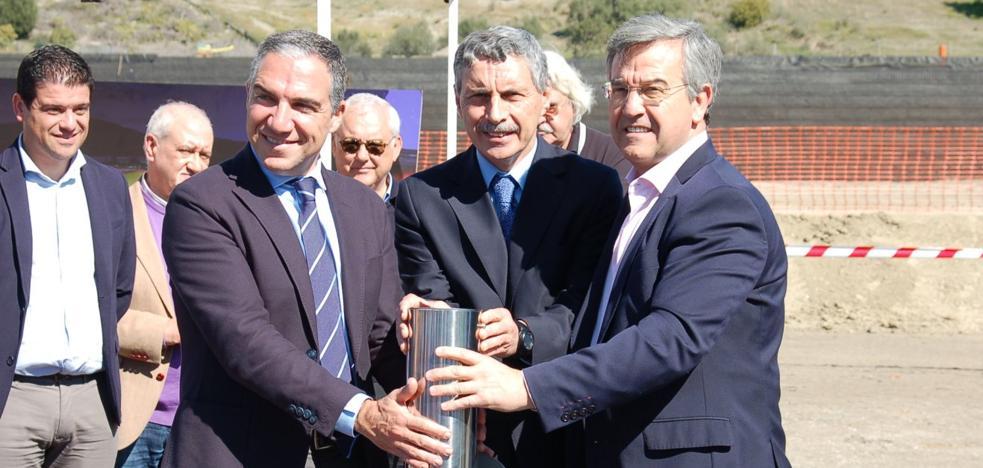 Colocan la primera piedra del estadio de atletismo de Estepona homologado para pruebas oficiales