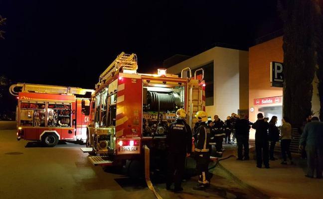 Arde un vehículo en el centro comercial Next Shopping de Cerrado de Calderón