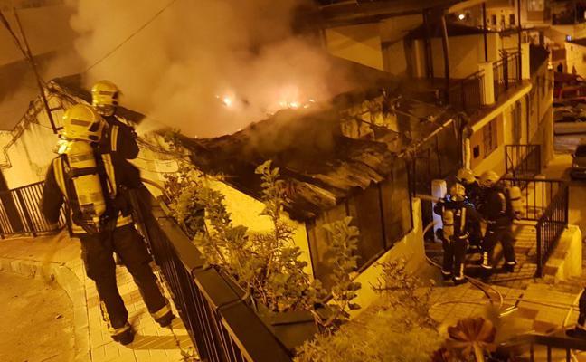 Arde por completo una vivienda en Mangas Verdes en Málaga esta madrugada