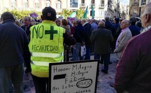 Los jubilados también se concentran en la plaza de la Constitución de Málaga para reclamar «pensiones dignas»
