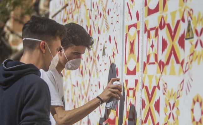 Estudiantes del instituto Torre Atalaya colorean casetas eléctricas de la zona de Teatinos
