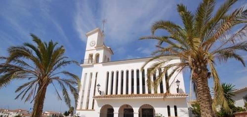 Desalojan una iglesia de Benajarafe por el desprendimiento parcial del techo