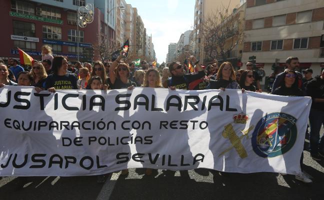 Miles de personas reclaman en Cádiz la equiparación salarial entre policías