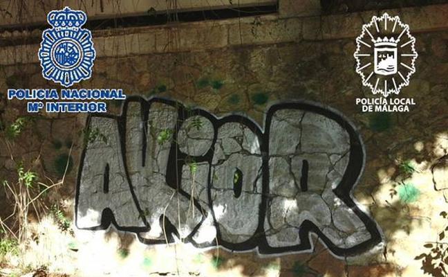 Un detenido por hacer pintadas en la fachada del Cementerio Inglés
