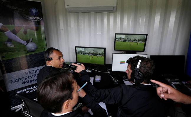 El VAR da el primer paso para instalarse en el fútbol español