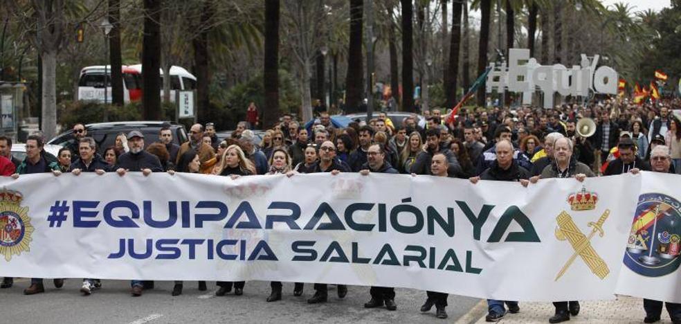 Decenas de miles de policías y guardias civiles se echan a la calle para exigir la equiparación salarial