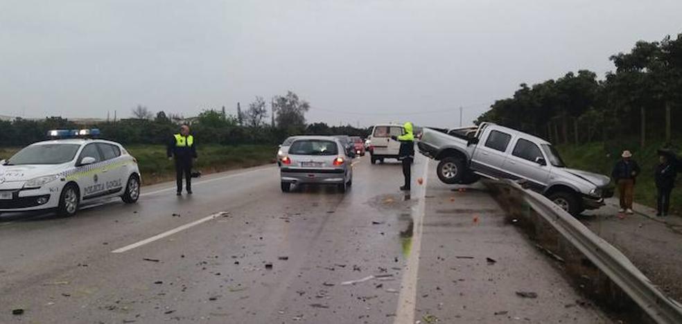 Una mujer, herida grave en un accidente de tráfico con tres vehículos implicados en Vélez-Málaga