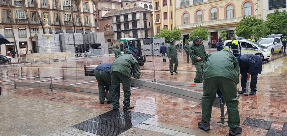 Comienza el montaje de la tribuna oficial de la Semana Santa de Málaga en la plaza de la Constitución