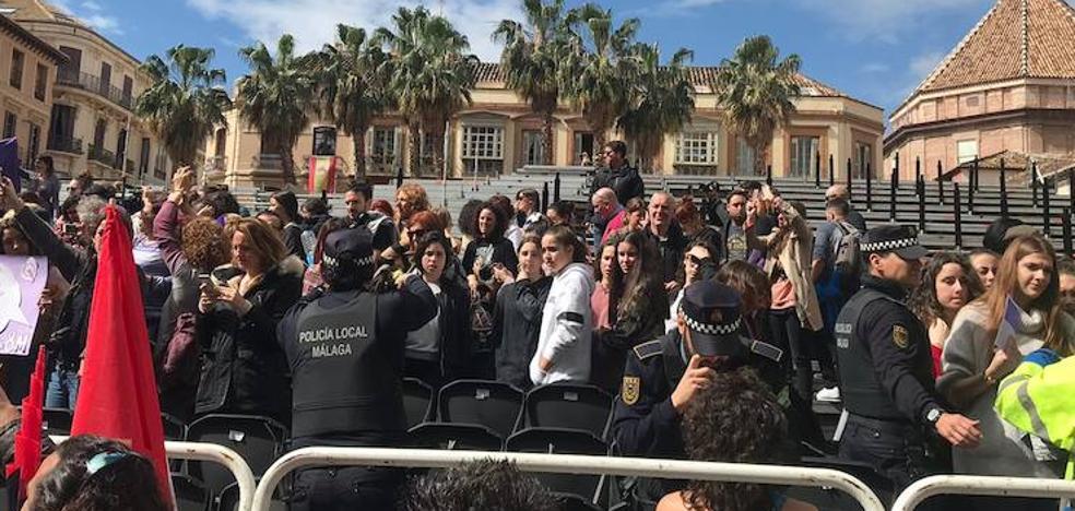 """Desalojan a más de 300 manifestantes de la tribuna de la plaza de la Constitución por """"serio peligro para sus vidas"""""""